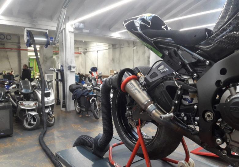 Aspiración de humos en taller de motos
